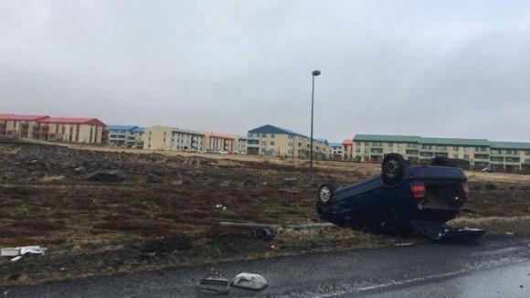 Bílvelta í grennd við Helguvík – Tveir sluppu ómeiddir