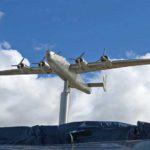 B-52 flugvél bandaríkjahers flýgur heiðursflug þegar minnisvarði verður afhjúpaður